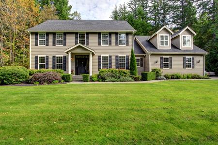 Gran casa clásica americana con porche de columna y de la pasarela