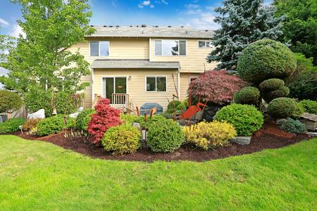 Groot huis met achtertuin tropische landschap ontwerp