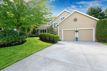 driveways: Big american house with garage and driveway view.