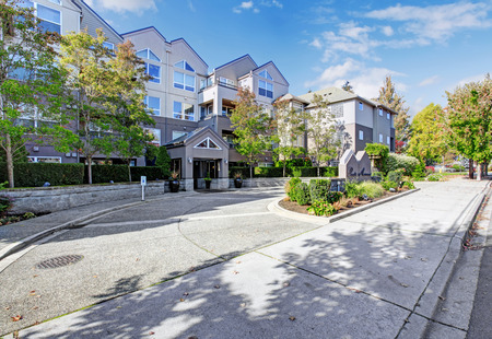 apartment: Residential building with landscape. View of welcoming sign in Park Avenue apartment complex Stock Photo