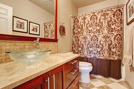 vessel sink: Interior moderno del cuarto de ba�o en tonos marrones suaves. Vista del cuarto de ba�o gabinete de la vanidad con el vidrio buque lavabo y espejo