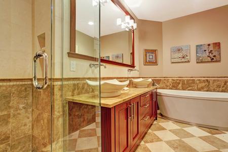 Moderne badkamer met glas afgeschermde douche en badkamer wastafelmeubel met twee witte schip zinkt en spiegel