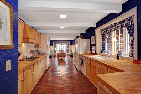 banque dimages longue pice de cuisine avec des murs royaux et armoires de rangement brun clair blanc mur de briques garniture se marient parfaitement