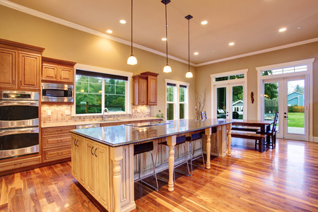 豪華な家のキッチン島、ダイニング エリア付きの広々 としたキッチン inteiror