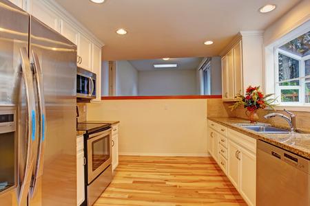 Kleine Küche Zimmer mit Stahlgeräten. Standard-Bild - 29735227