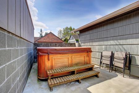 House backyard with juacuzzi