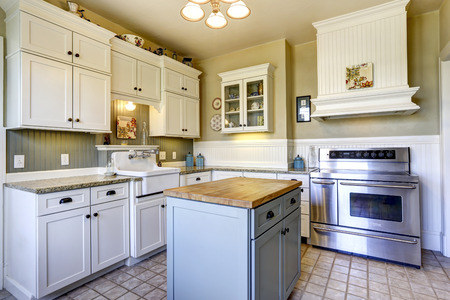 小さなキッチン白の木製キャビネットとインテル、タイル張りの床、キッチン島