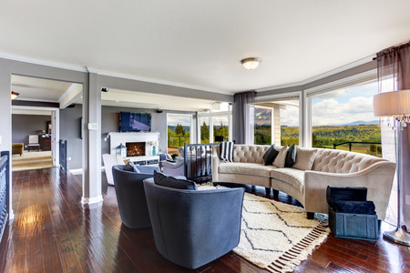 Světlý elegantní obývací pokoj interiér s bílou a levandule posezení, zahradní krb a TV