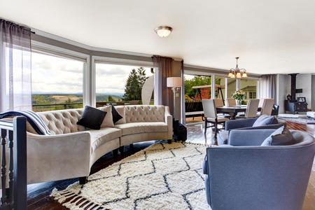 Brillante interior elegante sala de estar con muebles de color blanco y lavanda Vista del comedor Foto de archivo