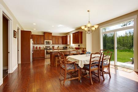 Amplia cocina con comedor y terraza de huelga. Vista de conjunto rústica mesa de comedor Foto de archivo - 30130462