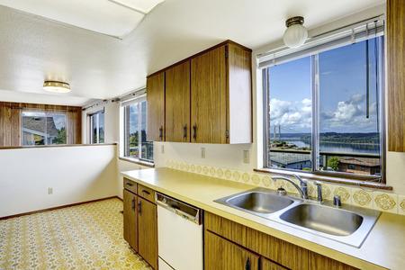 puget sound: Cucina camera vuota, con pavimento in linoleum, armadi e vecchi elettrodomestici bianchi. Vista del ponte Gig Harbor su Puget Sound