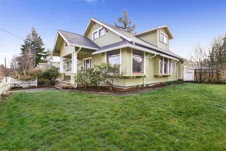 열 입구 현관 앞 마당보기 빛 녹색 집