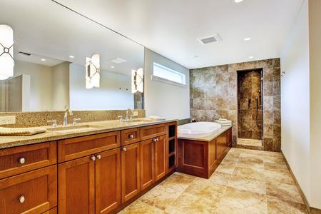 화강암 타일 바닥과 오픈 샤워 시설이있는 고급 욕실 인테리어