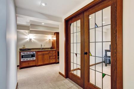 家のインテリア。事務室にフランス語ドアと廊下のビュー