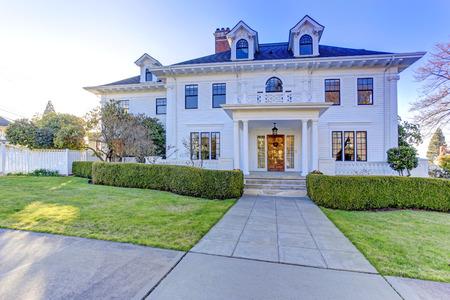 Casa americana di lusso con portico a colonne e appello sui marciapiedi Archivio Fotografico - 30322318