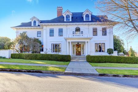 Luxe Amerikaanse huis met kolom veranda en beteugelen beroep Stockfoto