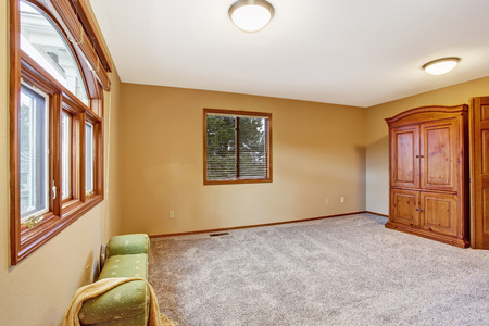 #30374896   Leere Schlafzimmer Interieur In Sanften Pfirsichfarbe Mit Zwei  Fenstern, Hocker Und Garderobe