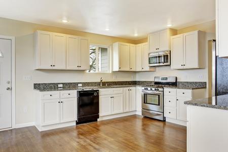 Muebles De Cocina Con Electrodomésticos Negros Y Adornos De Pared De ...