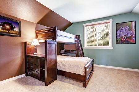 로프트 침대와 스탠드 브라운과 아쿠아 컬러의 아이 방