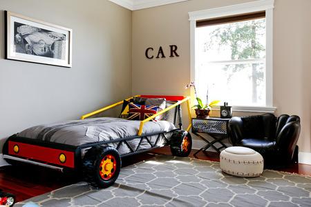 int�rieur de maison: Boy int�rieur de la chambre. Un design moderne avec un lit de voiture. Banque d'images