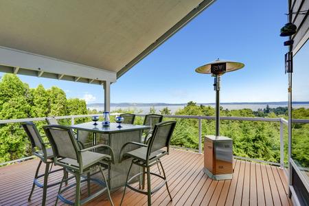 Patio met tafel, stoelen en verwarming aan staking terras met uitzicht op schilderachtige uitzicht