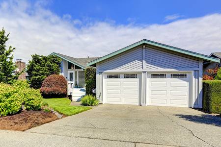 curb: House exterior with curb appeal. View of garage and driveway Stock Photo