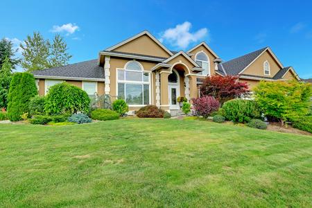 夏の時間の間にワシントン州の風景の美しい家