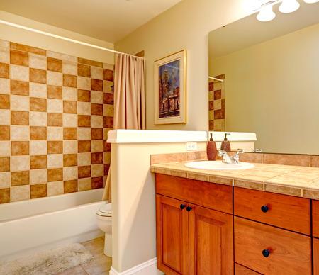 checker board: Cuarto de ba�o con el ajuste corrector pared de estilo tablero y la vanidad del gabinete de madera