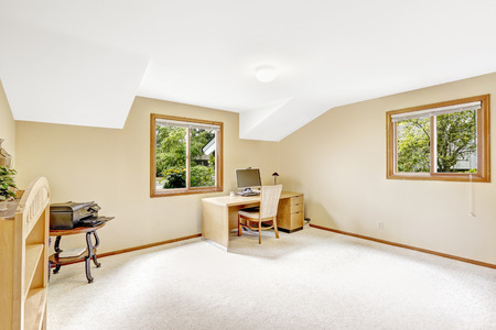 study room: Spacious office room with vaulted white ceiling and ivory walls