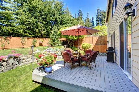 arbre paysage: Belle conception de paysage de jardin � l'arri�re et un patio sur le pont d�brayage