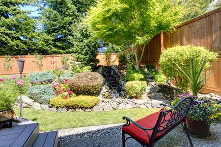 작은 벤치와 뒤뜰 정원 아름 다운 풍경 디자인 스톡 콘텐츠