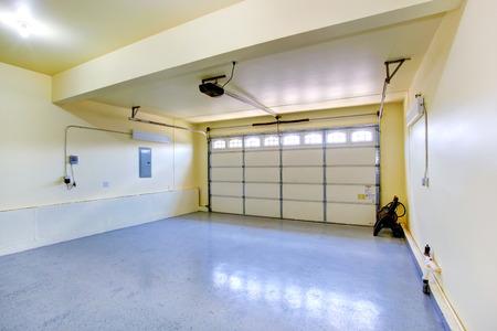 woonwijk: Lege garage interieur in nieuw huis