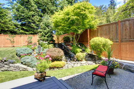 Belle conception de paysage de jardin à l'arrière avec un petit banc Banque d'images - 31001079