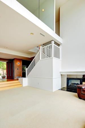 계단 밝은 빈 집 인테리어입니다. 로프트보기