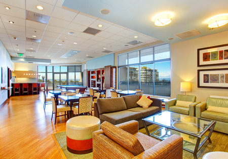 풀 테이블과 휴식 공간이있는 클럽 하우스. 주거용 건물 스톡 콘텐츠