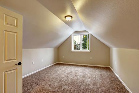 leere helle schlafzimmer interieur mit blauem teppichboden, weiße ... - Teppichboden Für Schlafzimmer