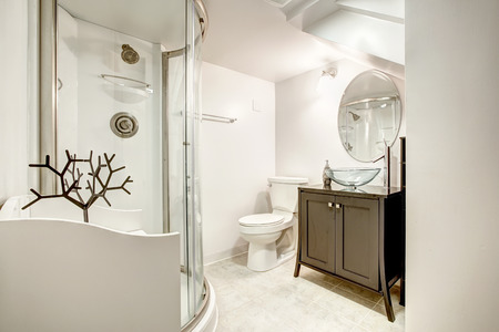 vessel sink: Hermoso ba�o con ducha puerta de cristal y mueble marr�n con fregadero recipiente de vidrio y el espejo