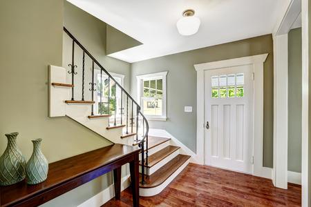 Eingangshalle mit Treppe und Tisch. Ansicht von Schritten mit schmiedeeisernen Geländern Standard-Bild - 31386063