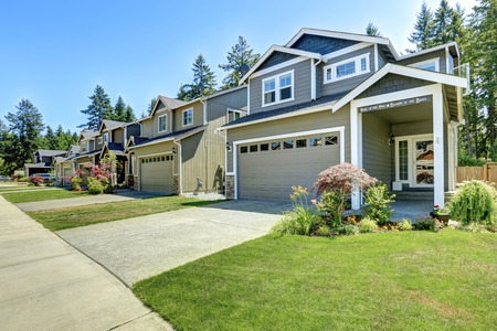 Classic house exterior. Entrance porch with driveway and front yard landscape Standard-Bild
