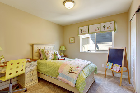 bedroom design: Cheerful brigh kids room with chalkboard and desk
