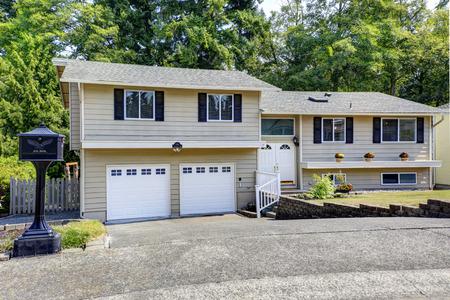 Große zweistöckiges Haus mit Garage für zwei Autos und Einfahrt