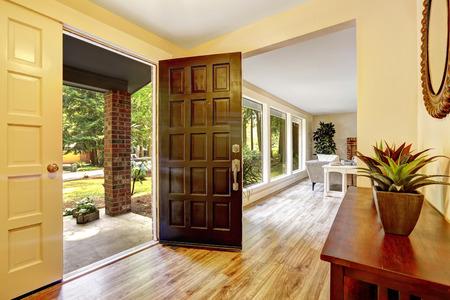 puerta abierta: Hall de entrada con armario. Vista del porche de entrada a través de la puerta abierta