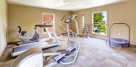 Fitnessraum für die Bewohner in Tacomea Mehrfamilienhauses. Verschiedene Übungsausrüstungen und Gewichte Standard-Bild