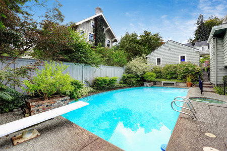 Zwembad met jacuzzi op achtertuin Stockfoto