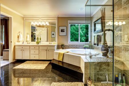 Luxe badkamer interieur met hoekbad en glas transparante douche Stockfoto