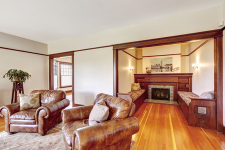 Family room with sitting area. Cozy walk-in area with fireplace and two benches in old luxuriant house 版權商用圖片 - 31850715