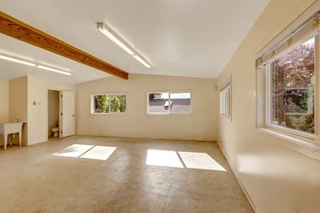 trabajando en casa: Vac�o enorme sala de la casa de estudio taller de trabajo con piso de concreto y ventanas.