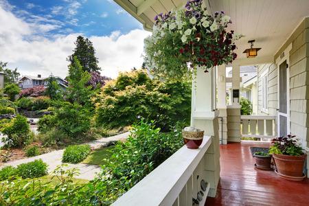 adn: Porche de entrada en la vieja casa con macetas de flores. Vista de la pasarela adn delante paisaje patio Foto de archivo