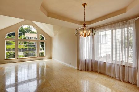 cortinas blancas: Interior de la casa con Emtpy brillante suelo de baldosas de m�rmol. Hight techo abovedado con grandes ventanales y cortinas blancas transparentes