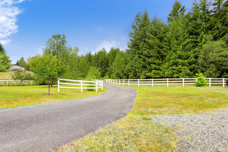 Beautiful countryside lansdcape with driveway to farm house. Olympia, Washington state 스톡 콘텐츠